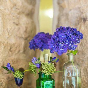 kingscote barn wedding flowers blue hydrangeas alcoves