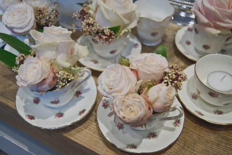 flowers-rose-in-tea-cups.