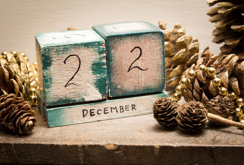 winter wedding dispay the date using wooden perpetual calendar