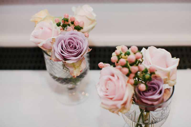dusky-pink-roses-in-glass-footed-vases