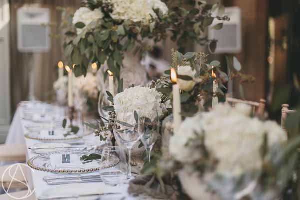 long-guest-tables-stone-urns-candlesticks-hampton-manor-wedding-florist-passion-for-flowers
