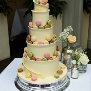 macron-wedding-cake-with-flowers-in-mercury-silver-vases