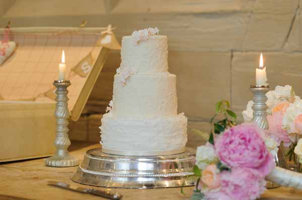 wedding-cake-table-ideas-for-flowers-display-bouquets-and-vases-1