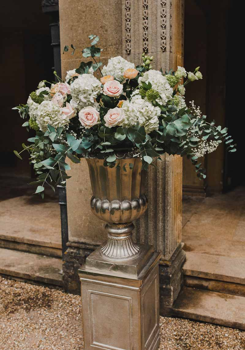 wedding-urns-ceremony-flowers-hydrangeas-roses-in-gold-urns