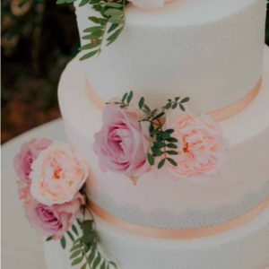 Summer garden rose wedding cake flowers