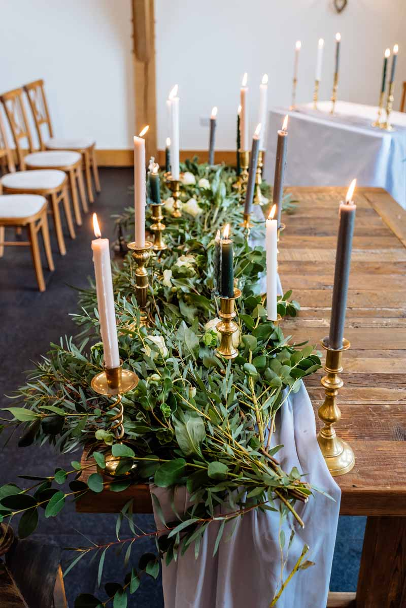 Ceremony-table-foliage-garland-with-gold-candlestick