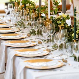 Foliage-and-calligraphy-names-place-settings-wedding