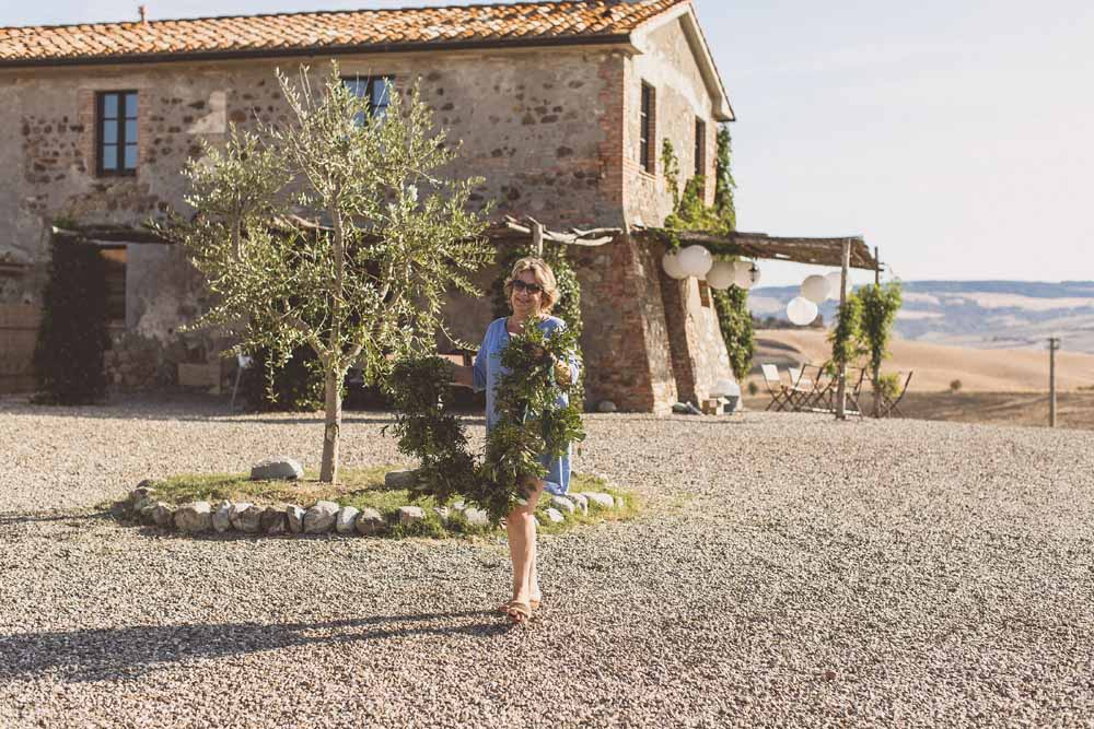 Rustic Hilltop Wedding Flowers Tuscany Italy Passion for Flowers Destination Wedding - Car Garland Preparations Locanda In Tuscany