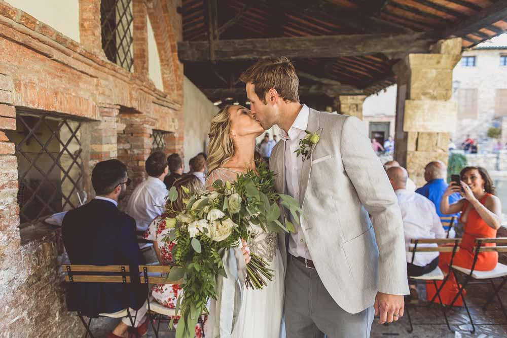 Outdoor wedding ceremony Tuscany, Bagno Vignoni Organic green white bouquet